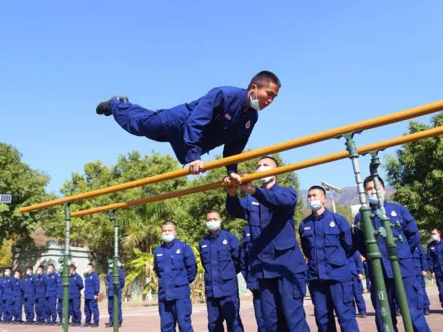 四级消防士吴兴发在每次训练中都会严格要求自己。