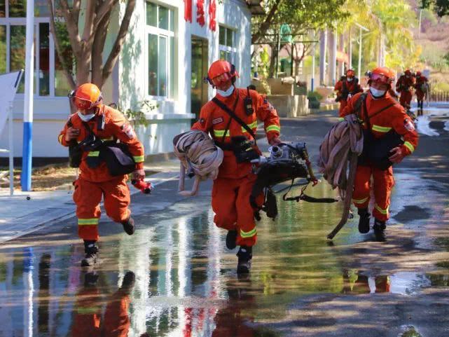 在每一次的水泵训练中,三级消防士余元龙和他的队友都会拼尽全力,争分夺秒,他们明白,在火场上几秒钟的时差都会使情况出现很大的改变。
