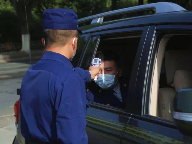 在练兵备战的同时,防疫工作同样是重中之重,出入营门的车辆和人员都必须经过严格的检查、消毒、测体温。