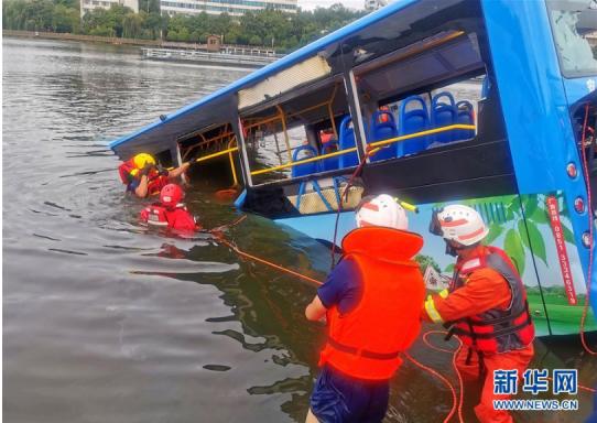 貴州安順一公交車墜入水庫