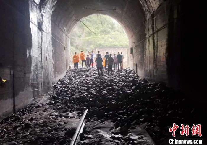 成昆铁路四川汉源段因暴雨泥石流灾害通行中断