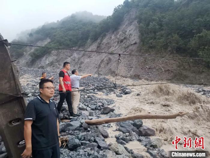 工作人员正在查勘泥石流灾情。 刘伟建 摄